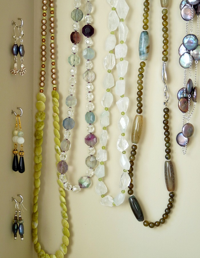 How to organize necklaces