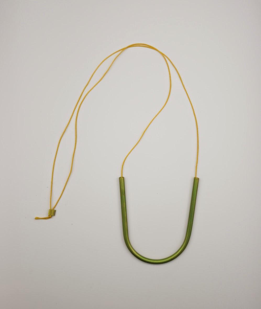 Katharina Dettar,   Colgantes de aluminio anodizado a mano y cuerda de seda natural