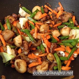 cooking pansit