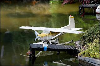 Sjöflygplan vid brygga