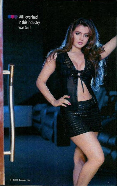 Bollywood actress Ameesha Patel Showing Her Beautiful Cleavage7