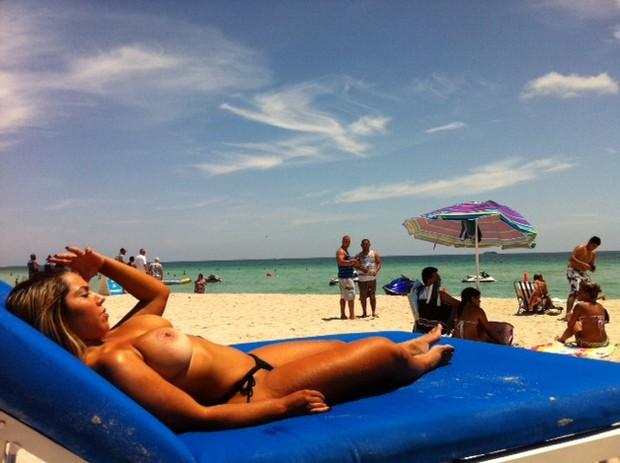 Mulher Melão de topless em Miami