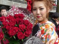 彼からバラの花束をいただき彼女は二重の喜びだった