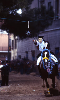uomo mascherato a cavallo