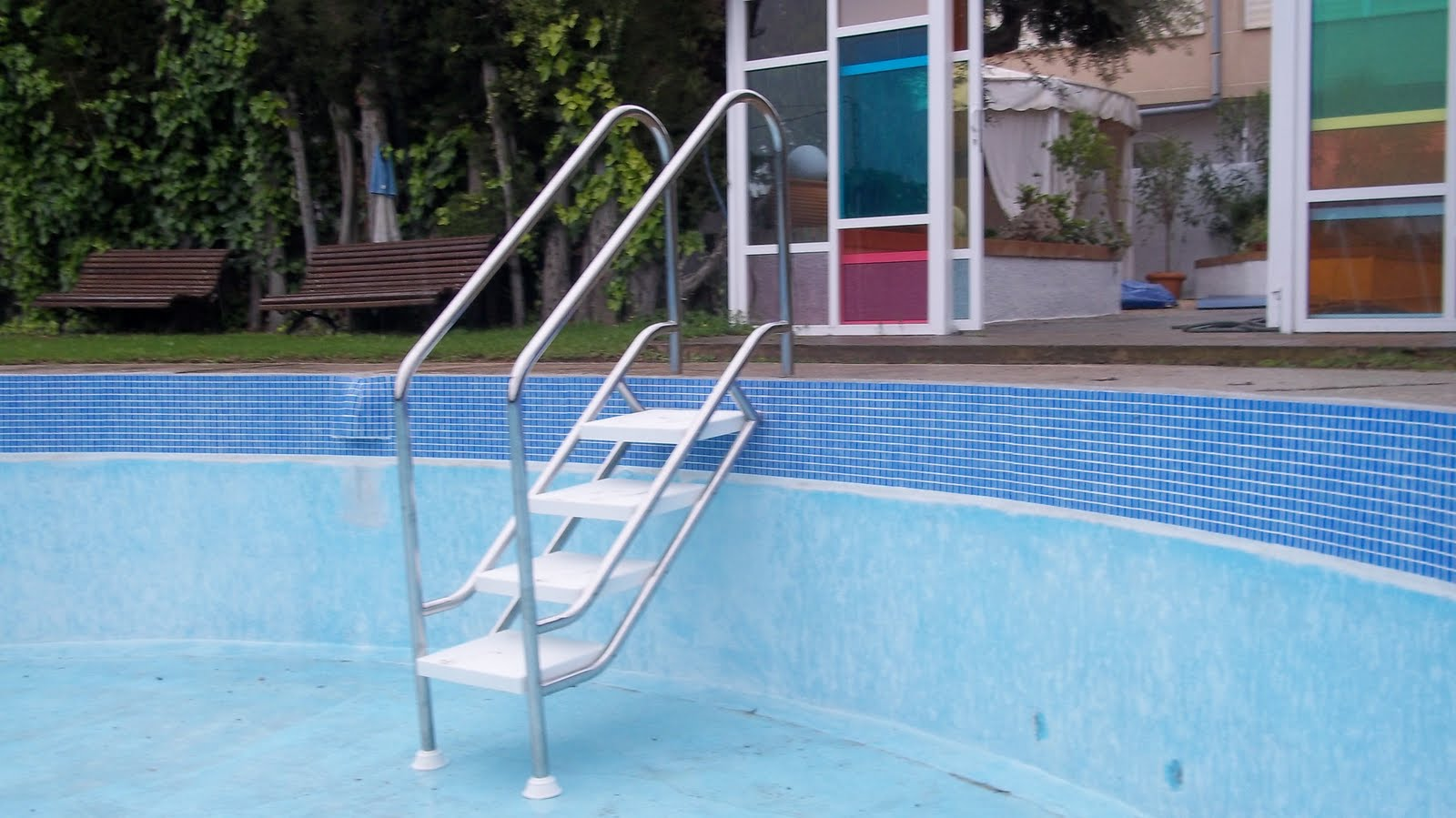 El carmol escalera piscina for Escaleras piscina para personas mayores