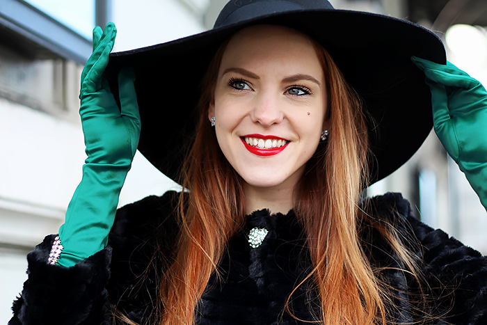 Vintage 50s style fashion blogger outfit with gloves, faux fur and a floppy hat