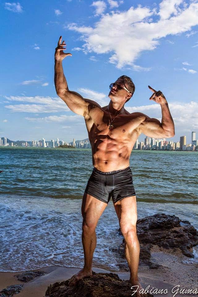 De óculos escuros e short, Filipe Marins posa para campanha e faz pose em homenagem a Zyzz. Foto: Fabiano Guma