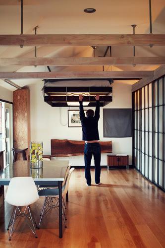 Ein-Raum-Haus in japanischem Mid-Century Design mit Designklassiker Eames Chair DSR von VITRA