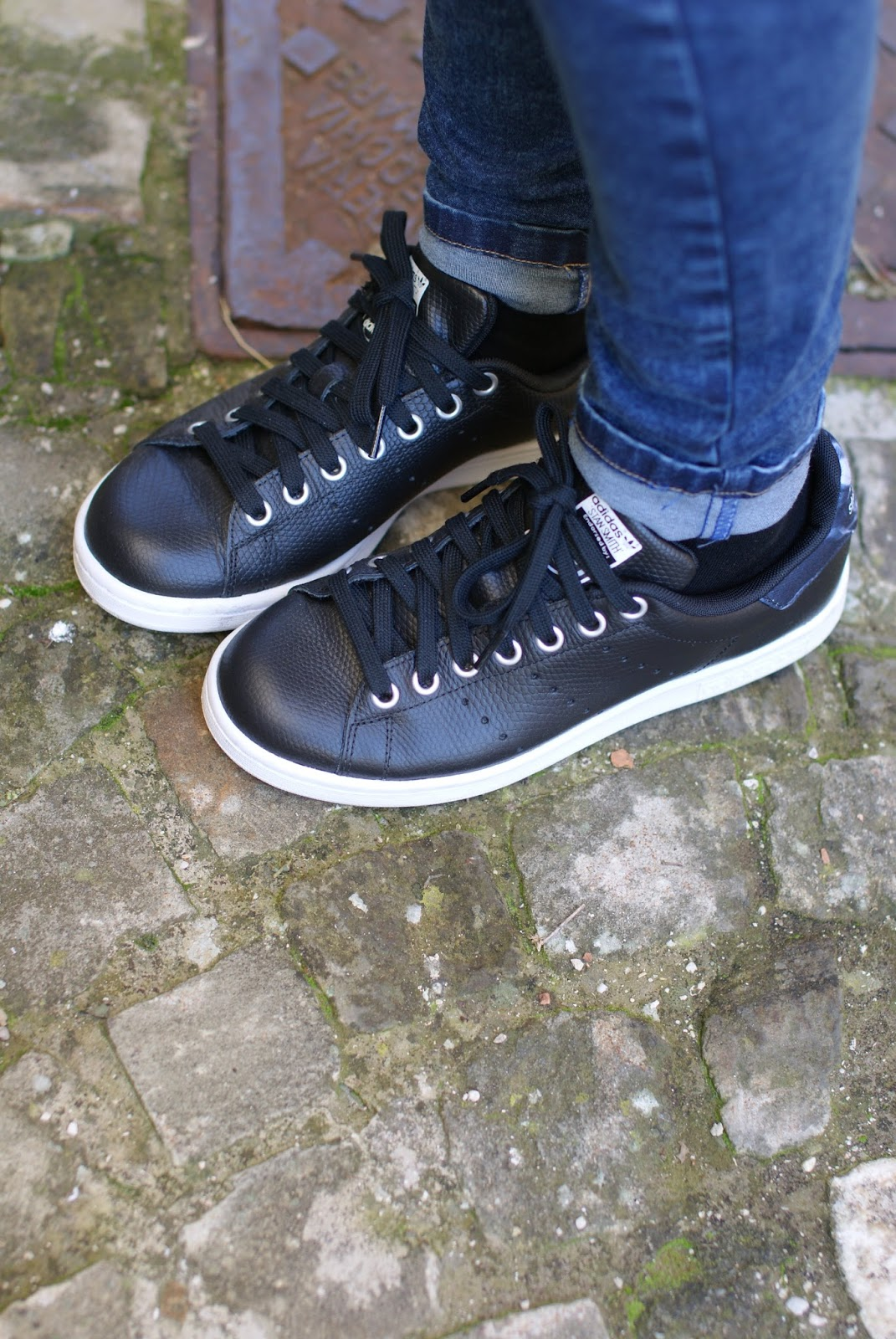 Black stan smith adidas sneakers on Fashion and Cookies fashion blog, fashion blogger casual style