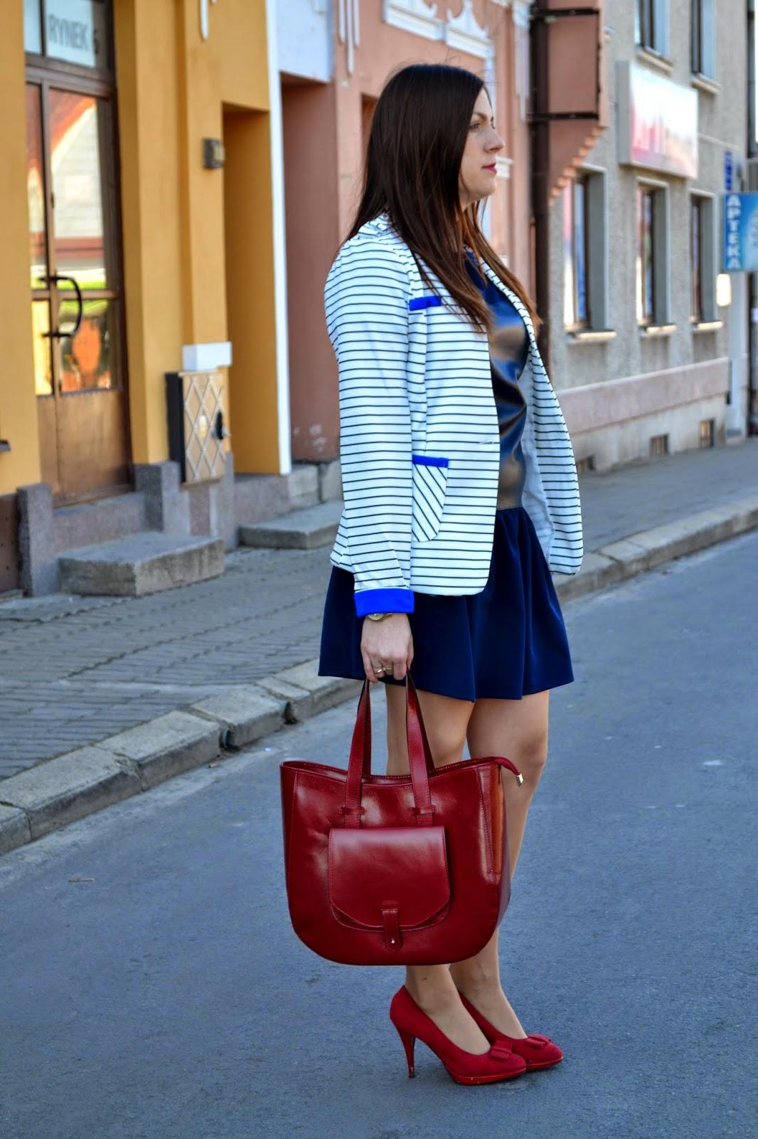 skórzana torebka, shopper bag, czerwona torebka, czerwone szpilki, żakiet w paski, amrynarski styl