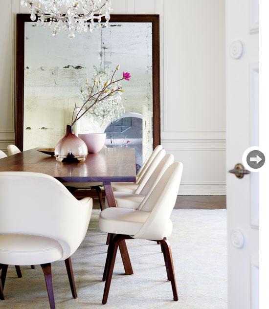 comedor vintage nordico en blanco con sillas retro