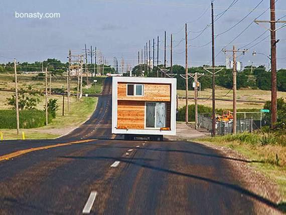 Módulo de una casa en traslado por una ruta en camión