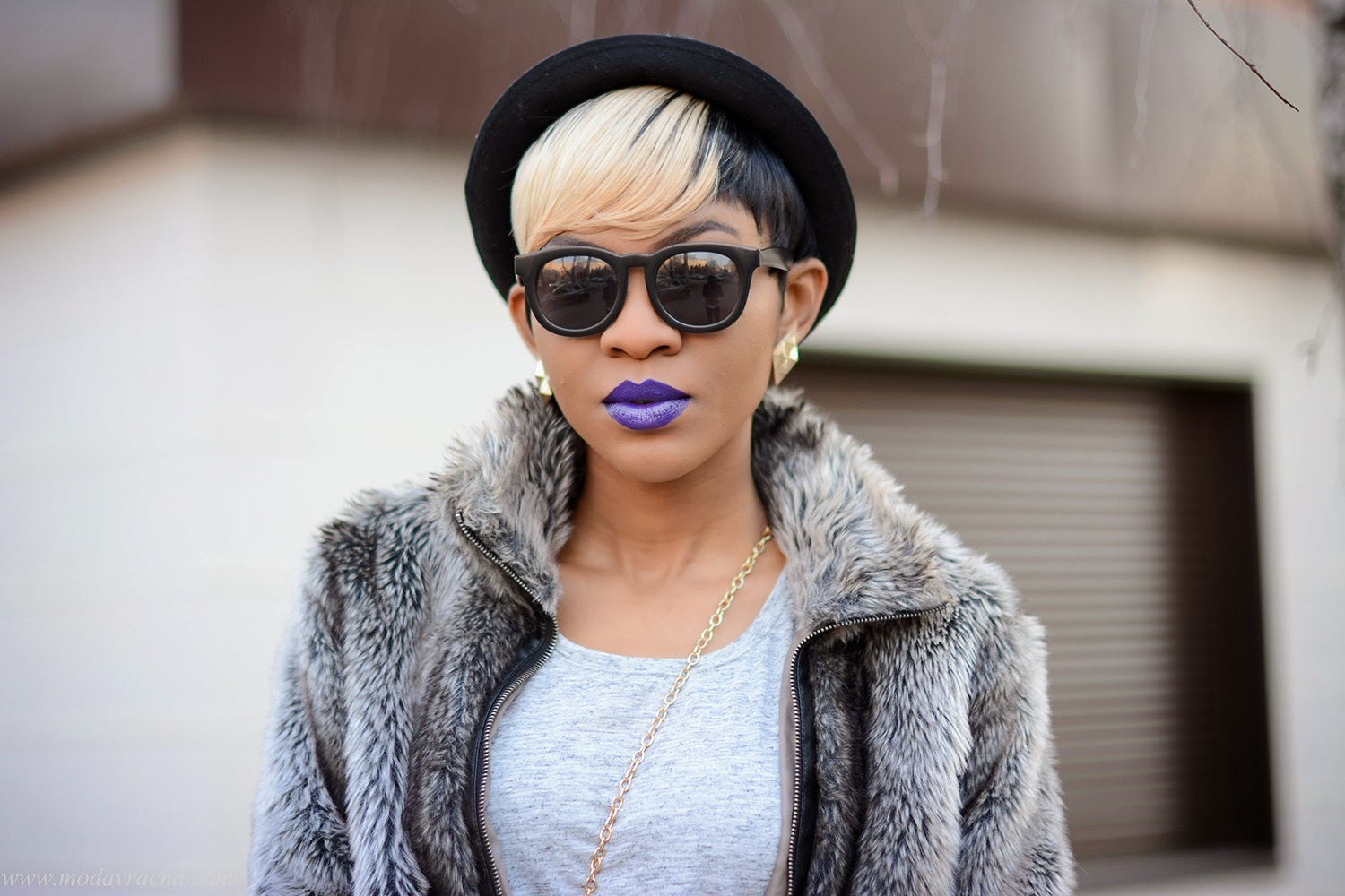 Style Blogger Modavracha purple lipstick and grey outfit.