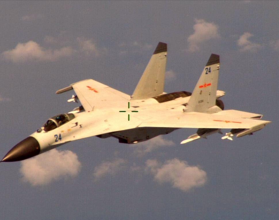 Jato chinês que hostilizou avião de inteligência americano sobre o Mar da China. Na hora da foto já estava mirado pelo avião dos EUA.