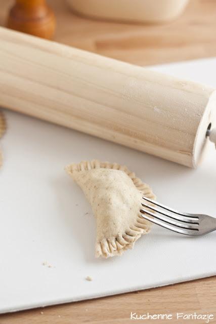 pierogi, grzyby, potrawa wigilijna, orzechy włoskie, cebulka, czosnek, grzyby leśne, pieczone pierogi