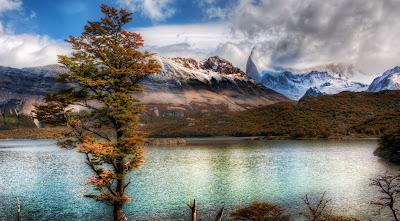 Lago junto a las montañas nevadas