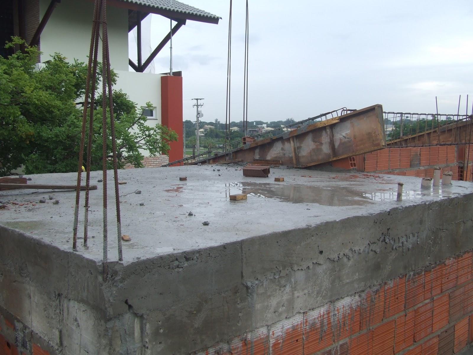 Vista lateral da casa onde a laje inclinada vai sair e criar um  #366C95 1600 1200