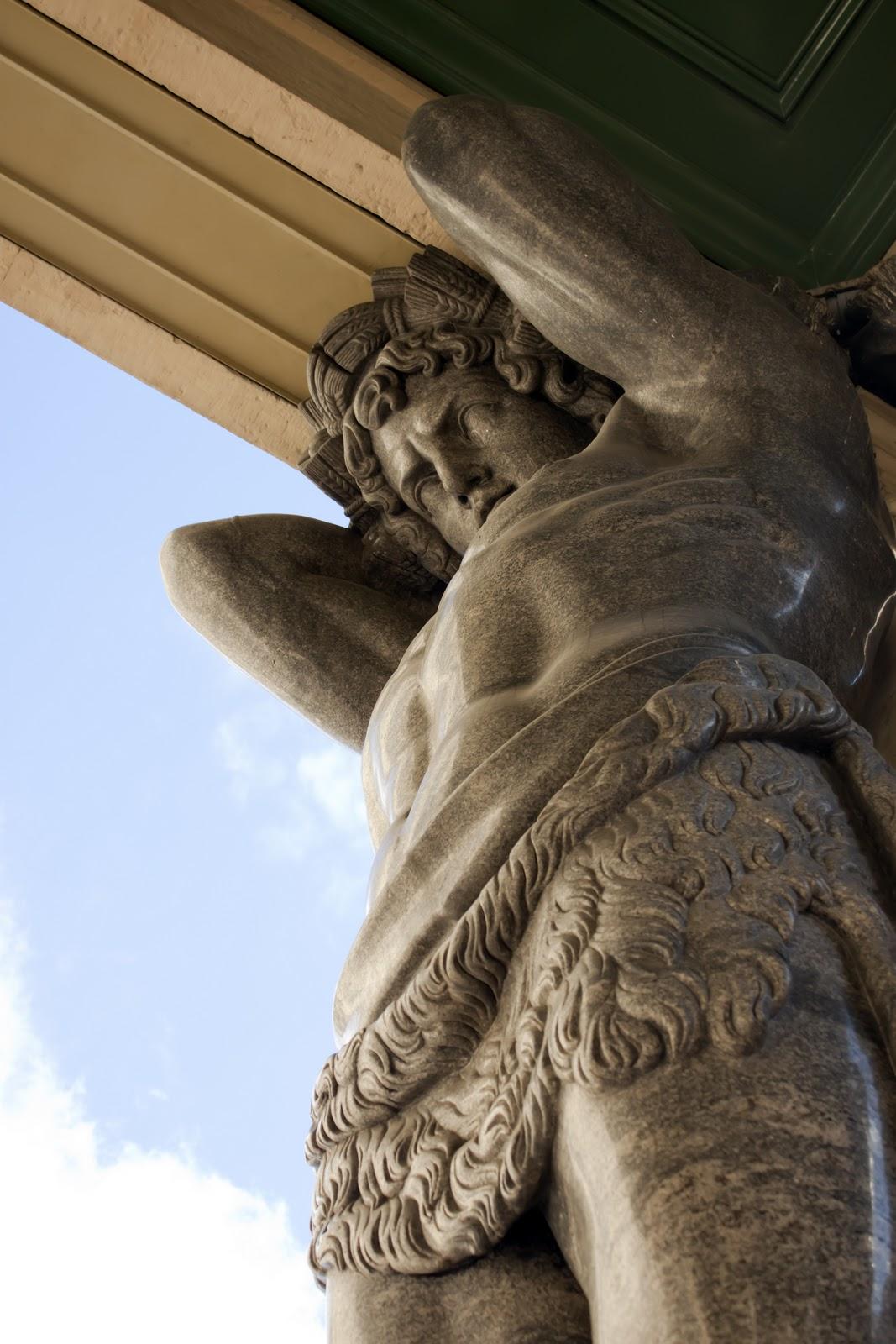 Атланты держат небо на каменных руках исторические на irixpi.