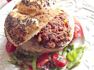 Burger din porumb si fasole cu salsa rapida