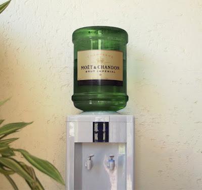En vez de agua purificada, una copa de champagne.