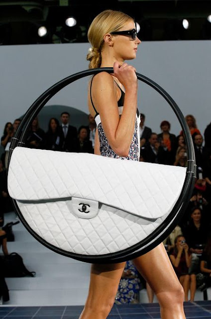 Chanel Hula Hoop SS 2013 purse large white, Chanle runway purse, Chanel Runway collection, Chanel 2013SS runway, Karl Largerfeld, best beach bag ever, Karl Largerfeld is a genius, designer purse, amazing purse, fun purse, paris fashion week