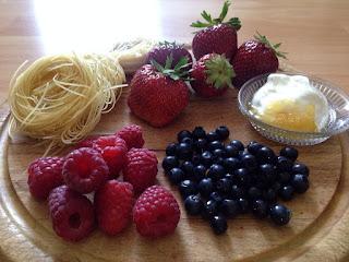Pasta, frambuesas, arándanos y fresas