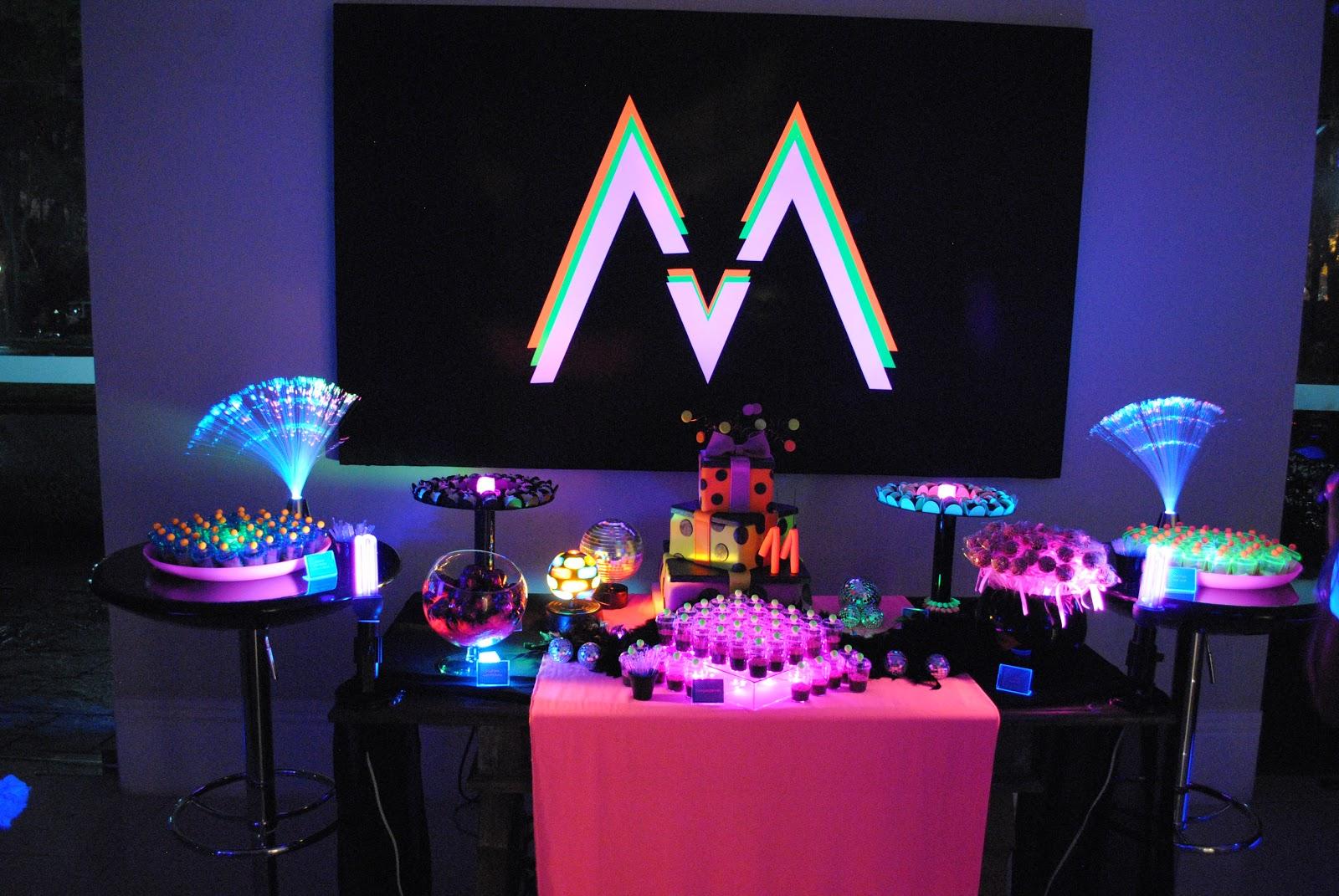 decoracao festa neon:mesa de lembrancinhas: kit manicure, cds e tubetes de goma