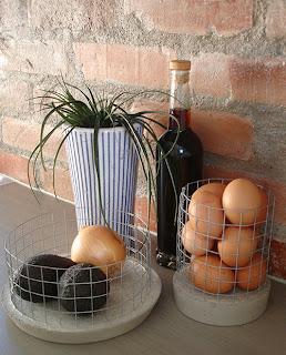 Förvara frukt, grönsaker, ägg mm i betongkorgar.