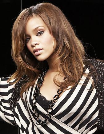 Rihanna kumral saçlarına sarı balyaj yaptırmıştır.