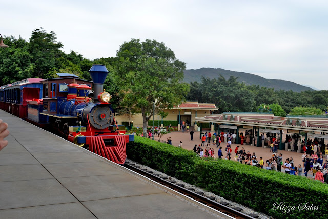 Train 2 Hong Kong Disneyland (c) Rizza Salas