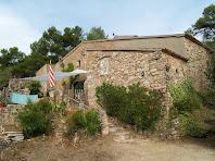 Façana sud-est de la masia Coll de la LLebre