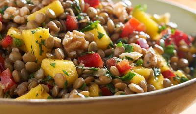 Salada de Lentilhas com Manga, Pimentão e Nozes (vegana)