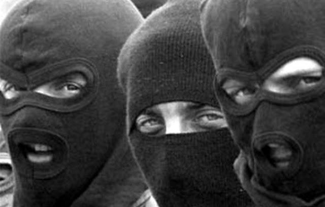 Вломились в дом, связали хозяев, похитили 20 тыс. руб.