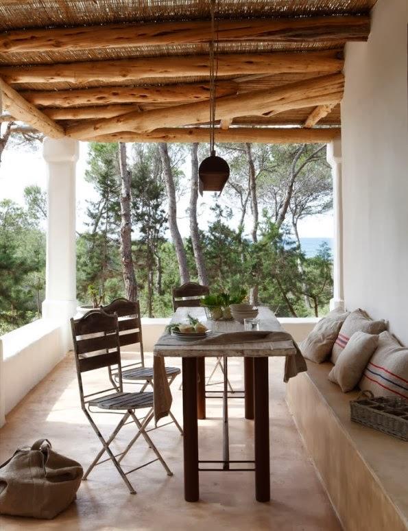 mesa de verano bajo porche de cañizo
