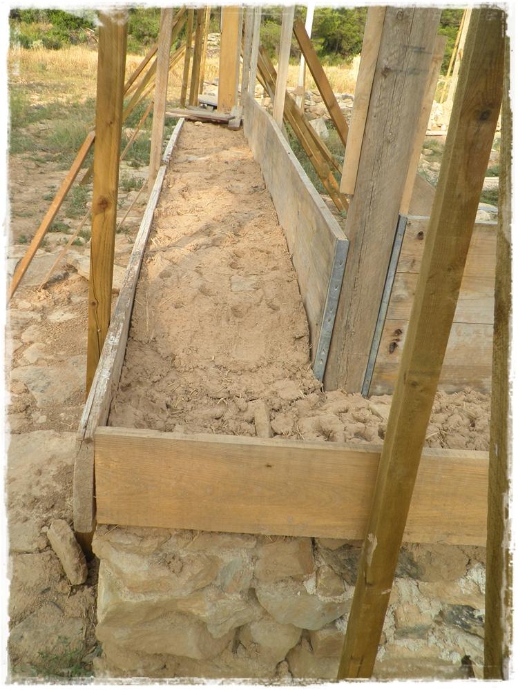 Paja y barro levantando muros de tierra - Como hacer muros de piedra ...