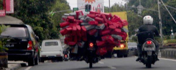 seorang pengendara sepeda motor melintasi Jalan Ahmad yani Ciamis – Jabar dengan membawa muatan kompan bekas. Pengendara ini terlihat mengabaikan keselamatan dirinya, muatannya bisa membahayakan pengendara lainnya