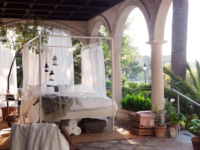 hamak, huśtawka, jak wypocząć na trawie, kino polowe, pomysł na romantyczną randkę na łonie natury, Pomysł na..., tipi, wiszące krzesło, wiszące łóżko, wypoczynek na łonie natury,