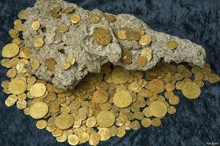 As moedas ficaram no fundo do oceano Atlântico na costa do Estado americano da Flórida durante 300 anos. O carregamento pertencia a uma frota da 11 galeões espanhóis que afundaram durante um furacão enquanto faziam a viagem de Cuba à Espanha.