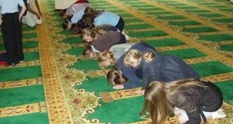ثلاث فتيات دخلن المسجد بملابس السباحة  فماذا حصل لهم