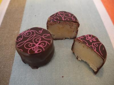 Praline au massepain enrobé de chocolat noir