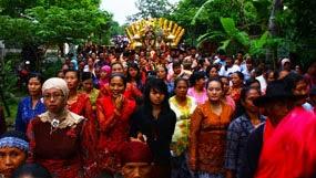 Tradisi perang bangkat dalam pernikahan adat suku Osing, Banyuwangi.