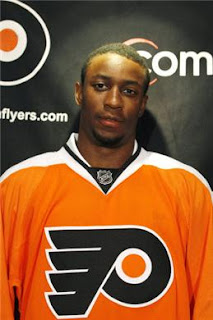 wayne+simmonds Hockey Fan Throws Banana at Black Philadelphia Flyers Player Wayne Simmonds in Racist Taunt