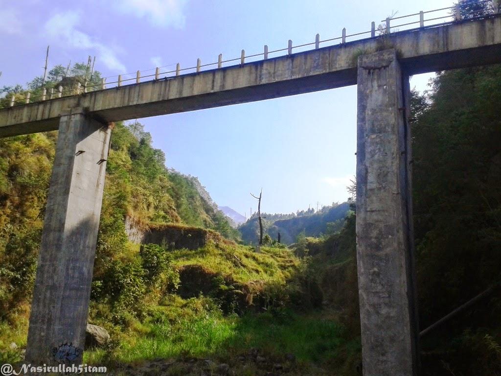 Pemandangan dari bawah jembatan