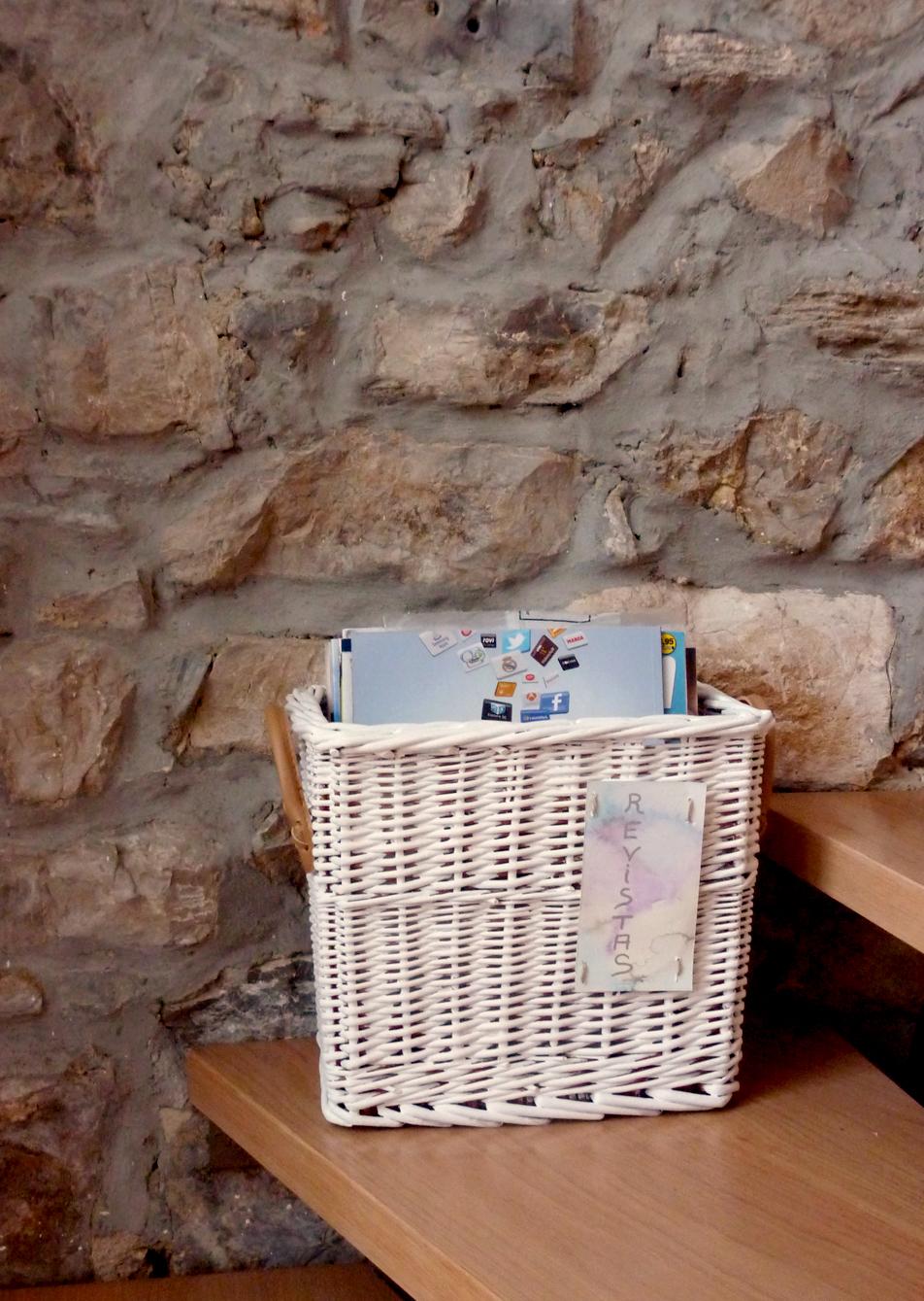 Telas cajas y tinajas reciclando una cesta de mimbre - Como decorar una cesta de mimbre ...