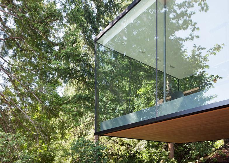 Russet residence con box vetrato sospeso by splyce design for Piani di case in collina per lotti in pendenza