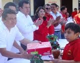 Aniceto Cool Edil Dzitbalché entrega zapatos a niños Primaria y primero Secundaria. 10nov11.