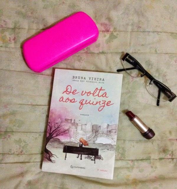 Meus pertences pessoais ..Batom,livro .óculos e sua capinha rosa