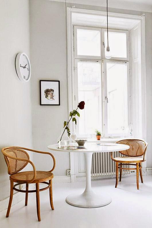 salon con deco silla thonet mesa tulip