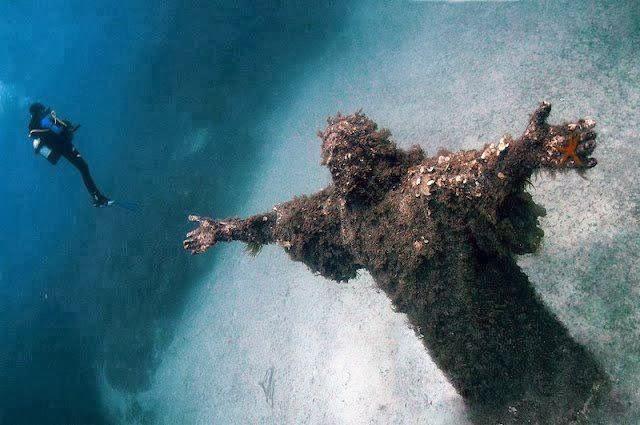 Estátua de Jesus Cristo debaixo d'água no mar Mediterrâneo, em Malta