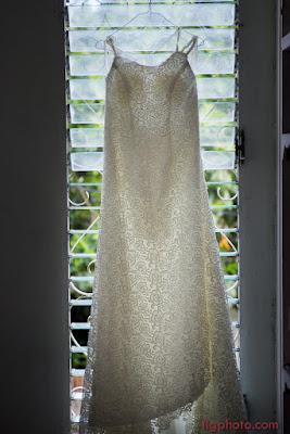 robe de mariée devant fenêtre mariage Guadeloupe